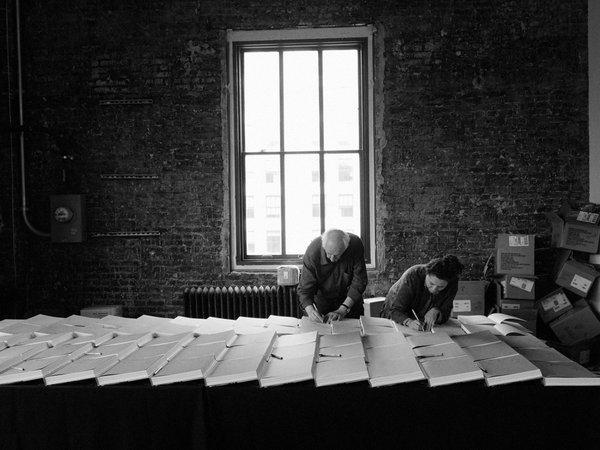 Jerome Sessini, фото Томаса Хопкера подписывающего книги