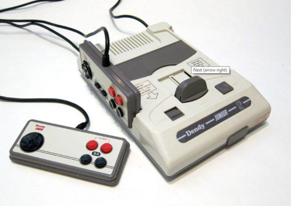 Dendy Junior II —еще более упрощенная версия, джойстики не отсоединялись, на одном не было кнопки «Start» и «Select»